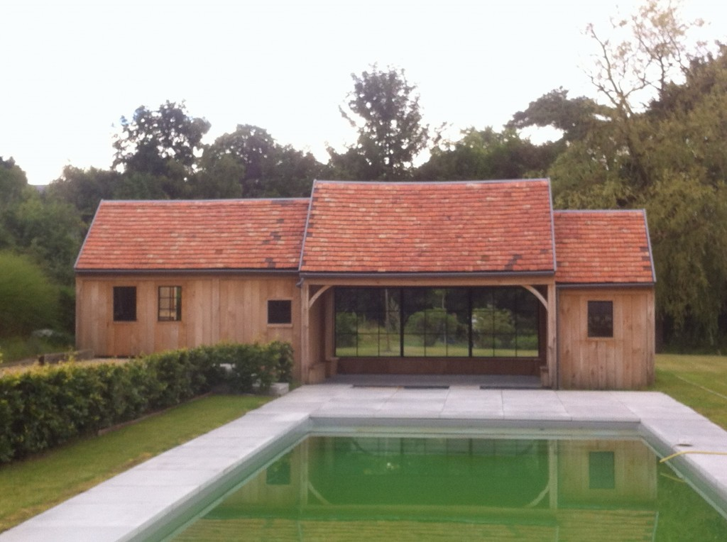 Pool house terrasse couverte piscine brabant mischaperch for Construction pool house piscine